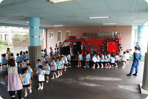 父の日参観、普段の様子を見てもらおう!消防訓練では消防士さんに色んな指導をしてもらいます。本物の消防車が幼稚園に来てくれたりもします。