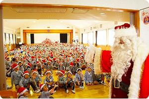 発表会、お歌やダンス、劇などを披露します。クリスマスはサンタさんが来て、プレゼントをもらいます!みんなでついたお餅を食べてみよう!